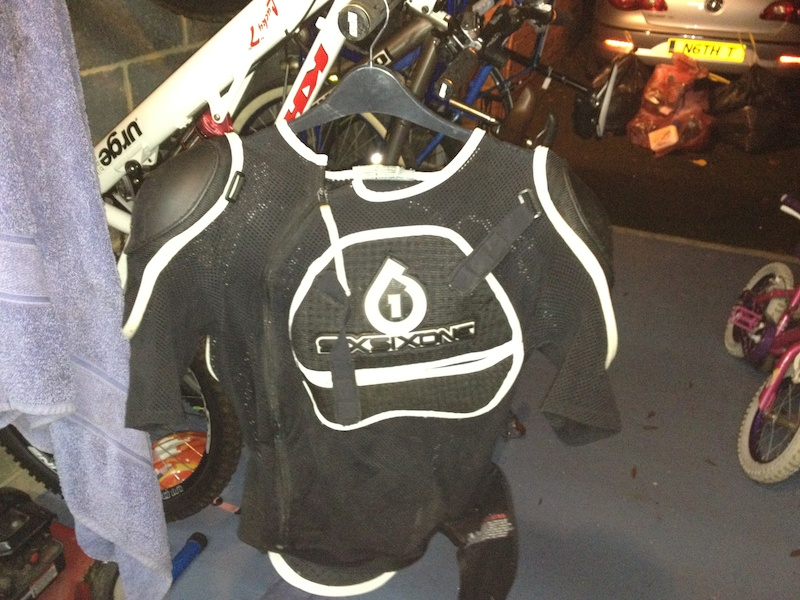 Forks, pedals, jerseys, cranks, body armour...its all here ! P4pb7579366
